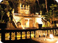 幻想的にライトアップされた夜の古城とイタリアンディナーを楽しむ・ライトアップパロネラパークツアー・ケアンズ発